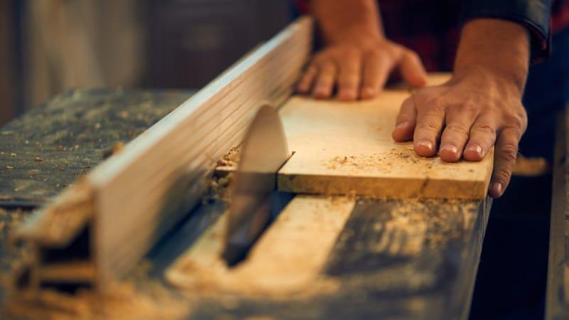 Eine Kreissäge, die das Holz in Stücke schneidet.